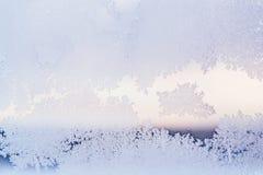 A placa de janela do inverno revestiu testes padrões gelados brilhantes de Frost Fim acima Tempo do inverno fotografia de stock