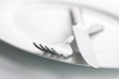 Placa de jantar, faca e pratas da forquilha Foto de Stock Royalty Free