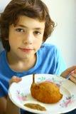 Placa de kiev de galinha da posse do menino Fotos de Stock Royalty Free
