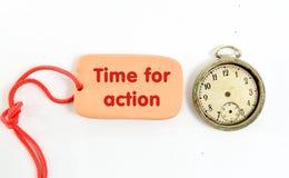 Placa de la arcilla de Brown mande un SMS a la hora para la acción, en el fondo blanco Imagenes de archivo