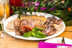 Placa de la carne con el jamón, pavo, cerdo, verdes, Foto de archivo