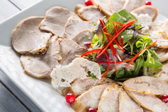 Placa de la carne con los pedazos deliciosos de jamón, de hierbas y de carne cortados con el arándano Ciérrese para arriba con el Fotos de archivo libres de regalías