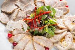 Placa de la carne con los pedazos deliciosos de jamón, de pimienta, de hierbas y de carne cortados con el arándano Ciérrese para  Imagen de archivo libre de regalías