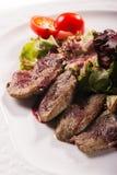 Placa de la carne con los pedazos deliciosos de jamón, de salchicha, de aceitunas, de lengua de carne de vaca, de hierbas y de ca Fotos de archivo