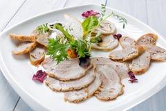 Placa de la carne con los pedazos deliciosos de jamón, de salchicha, de hierbas y de carne cortados con las hierbas Ciérrese para Fotografía de archivo libre de regalías