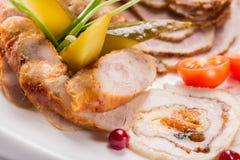 Placa de la carne con los pedazos deliciosos de jamón, de tomates de cereza, de hierbas, de pepino y de carne cortados con el ará Imagen de archivo libre de regalías