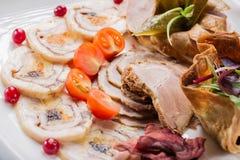 Placa de la carne con los pedazos deliciosos de jamón, de tomates de cereza, de hierbas y de carne cortados con el arándano Ciérr Imagen de archivo