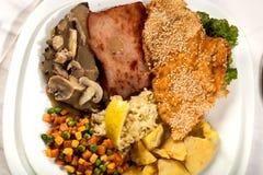 Placa de la carne de la mezcla con las patatas fritas Fotografía de archivo libre de regalías