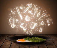 Placa de la comida con los iconos blancos de la cocina Foto de archivo libre de regalías