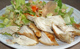 Placa de la dieta del pollo y de la ensalada Foto de archivo libre de regalías