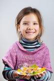 Placa de la explotación agrícola de la muchacha del alimento Foto de archivo libre de regalías