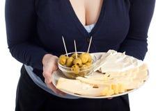 Placa de la explotación agrícola de la mujer con las aceitunas y el queso frescos Imágenes de archivo libres de regalías