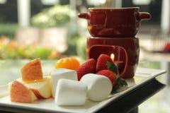 Placa de la 'fondue' de chocolate en la tabla Foto de archivo