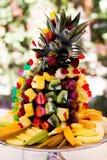 Placa de la fruta en la forma de un hd de la pirámide Imágenes de archivo libres de regalías