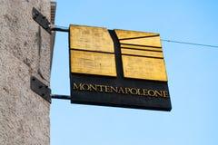 Placa de la moda de la calle de Monte Napoleone en Milán imagen de archivo libre de regalías