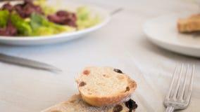 placa de la molleja con la ensalada y el pan casero Imagenes de archivo
