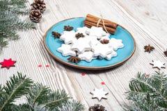 Placa de la Navidad con las tortas Imagen de archivo libre de regalías