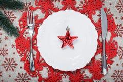Placa de la Navidad del vintage en fondo del día de fiesta con la estrella roja Fondo de la lona con los copos de nieve rojos del Fotografía de archivo libre de regalías