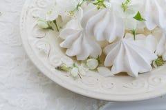 Placa de la porcelana por completo del merengue blanco mullido Dentro primer Foto de archivo libre de regalías