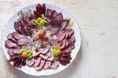 Placa de las delicadezas de la carne del jabalí, pato salvaje, alce, opinión superior de las liebres, primer Fotos de archivo libres de regalías