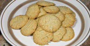 Placa de las galletas de almendra frescas 24 imagenes de archivo