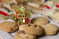 Placa de las galletas de la Navidad con la decoración de la Feliz Navidad Fotografía de archivo