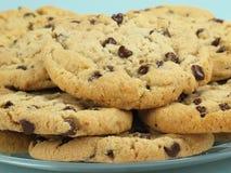 Placa de las galletas de viruta de chocolate Imagen de archivo libre de regalías