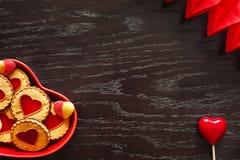 Placa de las galletas en forma de corazón para el día del ` s de la tarjeta del día de San Valentín Foto de archivo libre de regalías