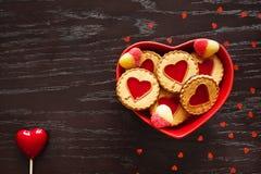 Placa de las galletas en forma de corazón para el día del ` s de la tarjeta del día de San Valentín Imagen de archivo libre de regalías