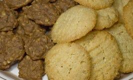 Placa de las galletas frescas 22 de la harina de avena y de almendra fotografía de archivo libre de regalías