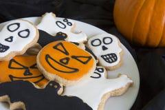 Placa de las galletas hechas caseras de Halloween con la calabaza Foto de archivo libre de regalías