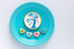 Placa de las galletas hechas en casa de las tarjetas del día de San Valentín Imagen de archivo