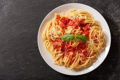 Placa de las pastas con la salsa de tomate, visión superior fotos de archivo libres de regalías