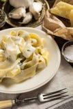 Placa de las pastas del Fettuccine con Alfredo Sauce cremoso foto de archivo