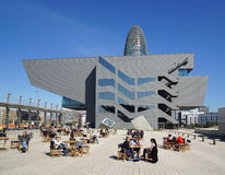 Placa De Les Chlubiący się Catalanes z Disseny projekta muzeum Barcelona Agbar i Torre Fotografia Stock