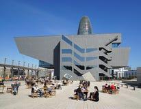 Placa de les Härlighet Catalanes med det Disseny designmuseet av Barcelona och Torre Agbar Arkivbild