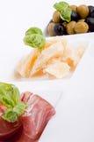 Placa de los antipasti de Deliscious con el parmesano y las aceitunas de Parma Foto de archivo