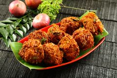 Placa de los buñuelos indios de la cebolla de la comida del strret imagen de archivo libre de regalías