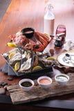 Placa de los mariscos de los mariscos crustáceos con la langosta fresca, mejillones, Imagen de archivo
