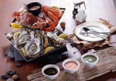 Placa de los mariscos de los mariscos crustáceos con la langosta fresca, mejillones, Foto de archivo