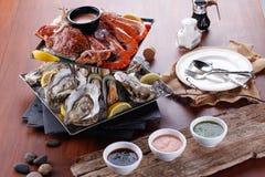 Placa de los mariscos de los mariscos crustáceos con la langosta fresca, mejillones, Foto de archivo libre de regalías