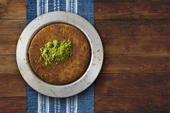 Placa de los pasteles del queso de Kanafeh en la tabla Imágenes de archivo libres de regalías