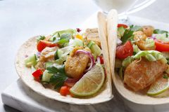 Placa de mármore com os tacos de peixes saborosos Foto de Stock