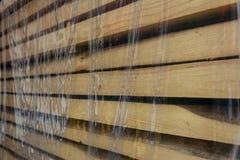 A placa de madeira é colocada sob um filme de polietileno fotografia de stock royalty free