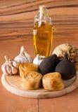 Placa de madeira arredondada com queijo e vegetal Fotografia de Stock Royalty Free