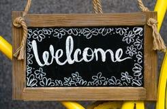 Placa de madeira com boa vinda da palavra, quadro indicador Sinal bem-vindo, símbolo foto de stock