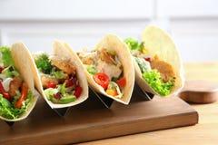Placa de madeira com os tacos de peixes saborosos Imagem de Stock Royalty Free