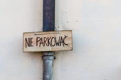 Placa de madeira com parkowac do nie do texto, texto polonês que estaciona não tudo Imagem de Stock Royalty Free