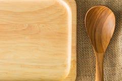 Placa de madeira da colher e da madeira na textura do saco de gunny com espaço da cópia Imagens de Stock