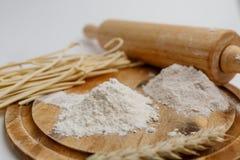 Placa de madeira da farinha inteira branca da farinha de centeio imagem de stock royalty free